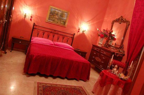 Hotel Alessandra: room red