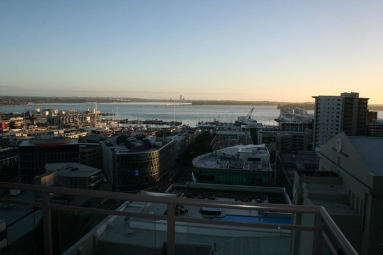 Heritage Auckland: Sunrise over the harbour with pool below