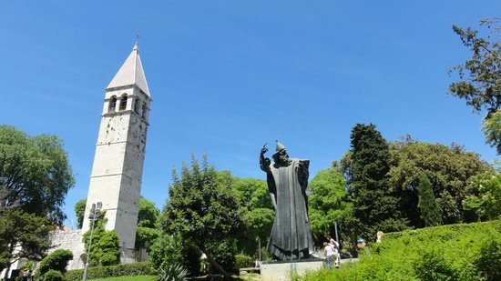 Grgur Ninski Statue : Panorama