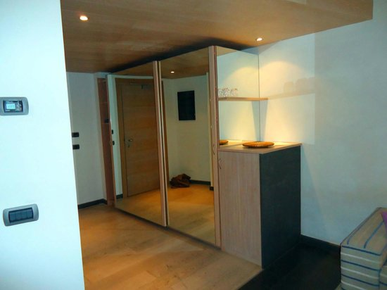 Hotel Santa Tecla Palace: Suite entrance / closets area