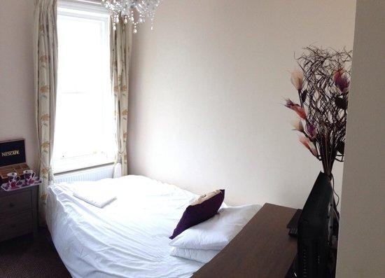 Atlanta Guest House: sofa bed in room 6