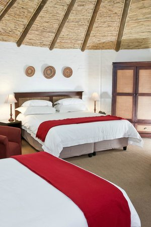 Protea Hotel by Marriott Oudtshoorn Riempie Estate : Family Rondavel, consist out of one kingsize and one 3/4 bed