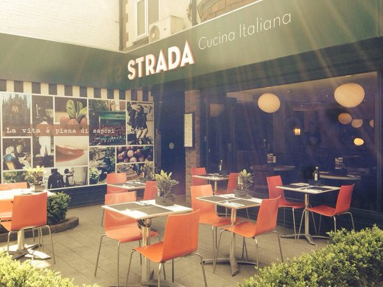 Strada - Cobham: Beautiful outside area :)