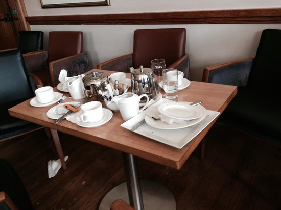 Marine Hotel: Uncleared table