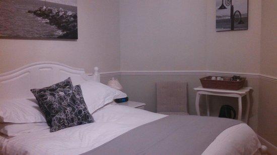 Fernhill Hotel: Appreciated local art work in room