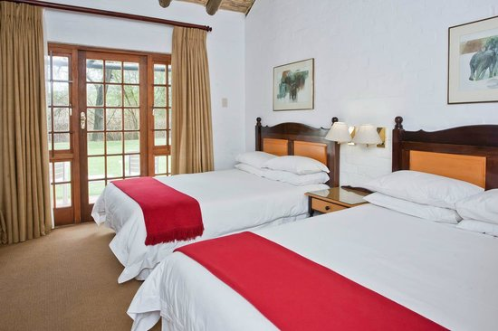 Protea Hotel Oudtshoorn Riempie Estate: Deluxe Chalet, consist out of one room with two double beds