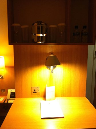 DoubleTree by Hilton Hotel London -Tower of London: Nothing in the minibar, nothing in the refreshment section