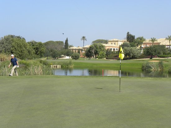 Donnafugata Golf Resort & Spa : Il resort visto da una delle buche