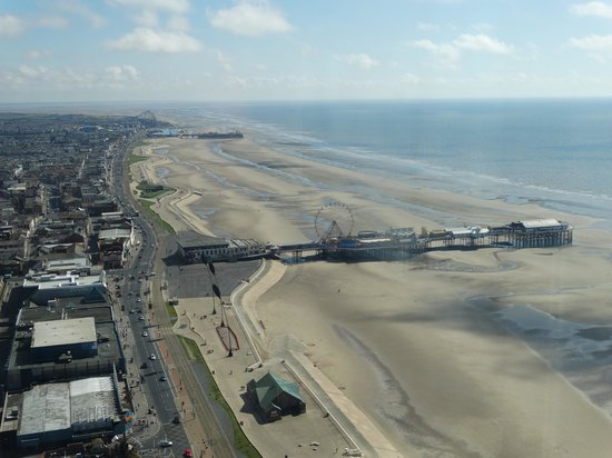 Tour et Cirque de Blackpool (Blackpool Tower and Circus) : Central and South Pier from Blackpool Tower