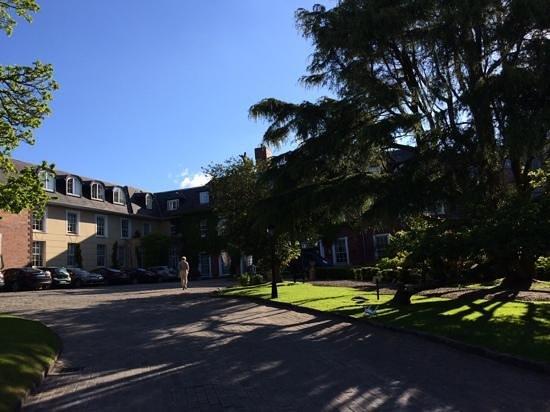 Hayfield Manor Hotel : die Zufahrt zum Hotel