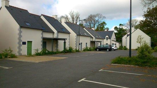 Domaine de Pont Aven - Art Gallery Resort: Parking des Appartements/Maisonnettes