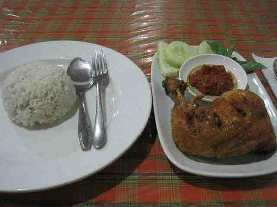 Warung Makan De 5: Fried chicken with lalapan