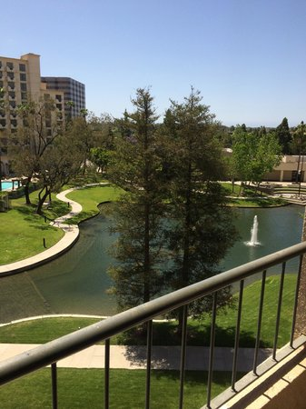 Avenue of the Arts Costa Mesa: Lake View from our 5th Floor Room