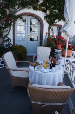 Alexander's Boutique Hotel of Oia: Breakfast in front of our room