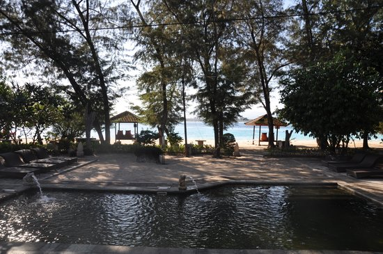 Hotel Gazebo Meno: View from breakfast area overlooking pool to beach