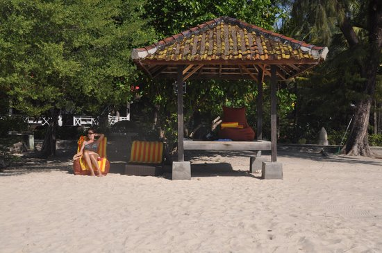 Hotel Gazebo Meno : Beach loungers and Gazebo on beach