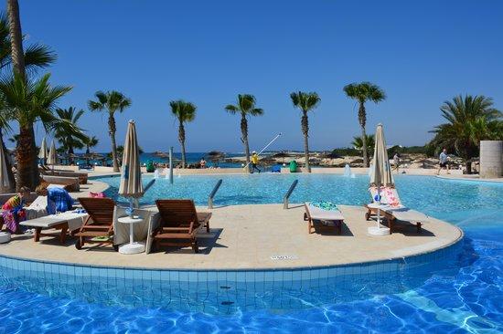 Adams Beach Hotel: Poolanlage