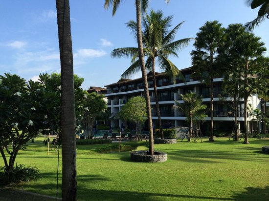 Holiday Inn Resort Krabi Ao Nang Beach : Voorzijde kamers met balkon met tuin