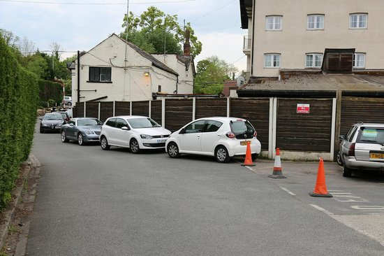 The Airport Inn Manchester: Parking down entry road