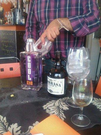 Dom Vinos: Antonio en plena preparación de Gin Tonic