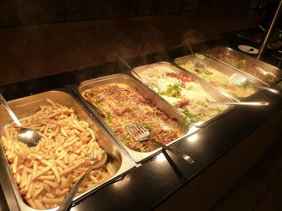 Sandy Beach Resort: Autre vue du buffet (frites, porc tous les jours)