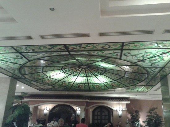Pyramisa Suites Hotel Cairo: Stained glass roof of the Garden coffee shop