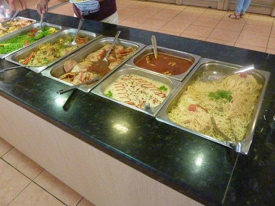 Sandy Beach Resort: Vue du buffet chaud