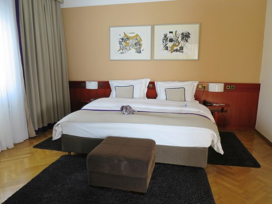 Best Western Premier Hotel Slon: Wonderful bed with excellent pillows and linen