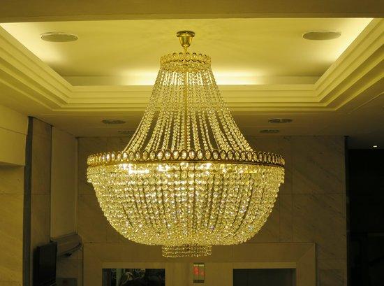 BEST WESTERN Premier Hotel Slon: Swarowski chandelier in a loby