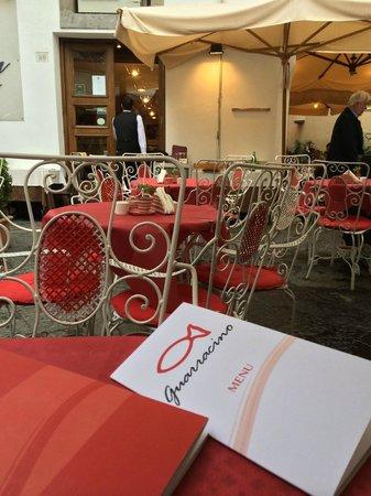 Guarracino Fruit Bar : I tavoli esterni, coperti.