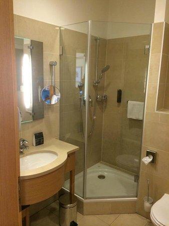 Hotel Am Stephansplatz: Spotless, tub and 2 showers!
