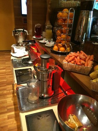 Hotel Am Stephansplatz: Just part of the breakfast, here are the juicers!