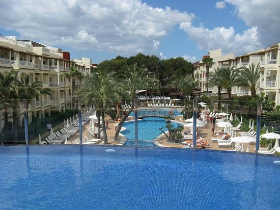 Zafiro Bahia: Blick auf den Pool vom Chill Out Bereich