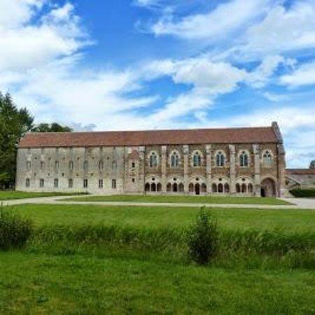 Saint-Nicolas-les-Citeaux, ฝรั่งเศส: Bibliothèque et bâtiment au miel (fin restauration 2013)
