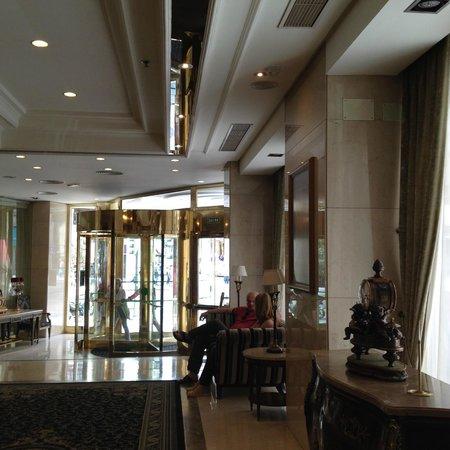 Emperador Hotel Madrid: entrée sur grande Rue : Grand Via