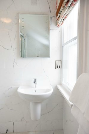 The Kings Arms Hotel: Bright, new shower rooms