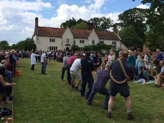 Stable Cottage : Tug o War on the village green at the gates to the park. Earle Arms in the background