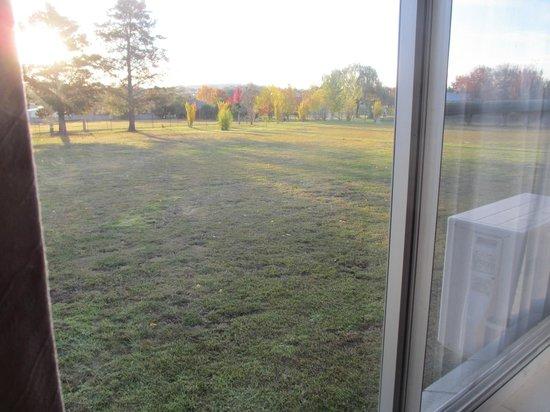 Glen Innes Motel: Back window and view