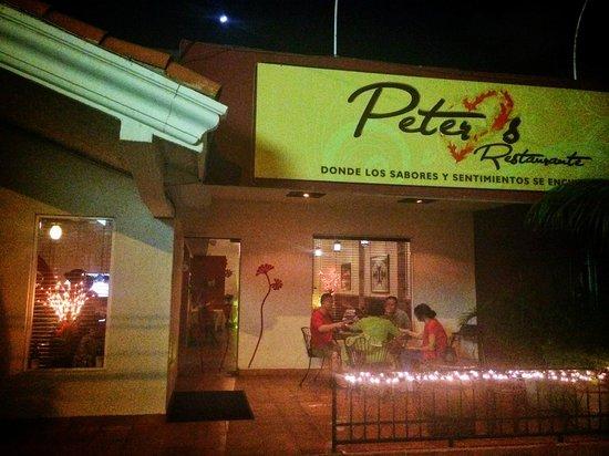 Peter's Restaurante: на улице один маленький столик, большой террасы нет.
