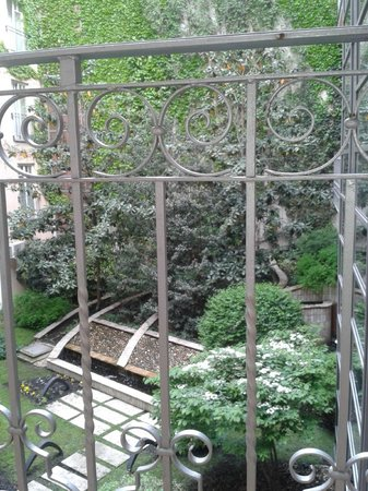 Mamaison Residence Izabella Budapest: View from the apartment balcony into the courtyard.