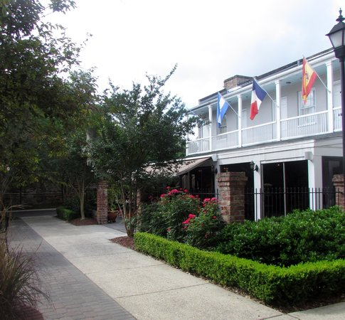 Quality Inn & Suites Maison St. Charles: courtyard with view to breakfast area