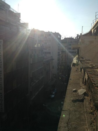 Hotel Solomou Athens : vue de la chambre côté rue