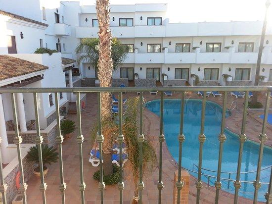 Hotel Porfirio: patio interior con piscinas desde la habitación del piso 2º