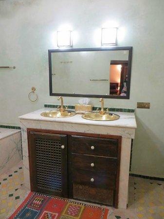 Riad Adarissa: Baño suite Ben Jelloun