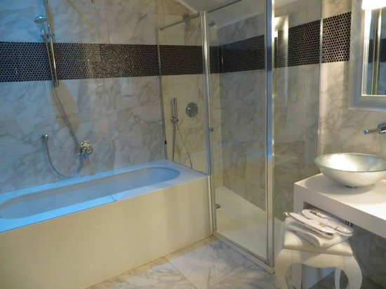 Carnival Palace Hotel: Separate shower and bathtub with mood lighting!