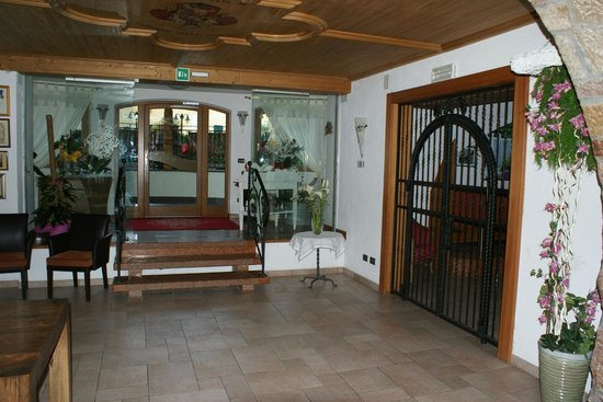 Hotel Paganella: Entrance lobby