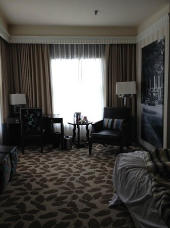 The Equinox Golf Resort & Spa: Sitting area/ desk in room