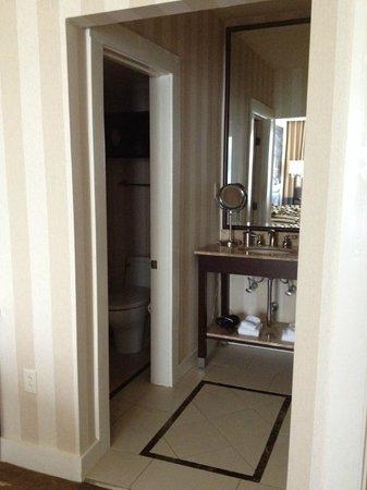 The Equinox Golf Resort & Spa : Bathroom area