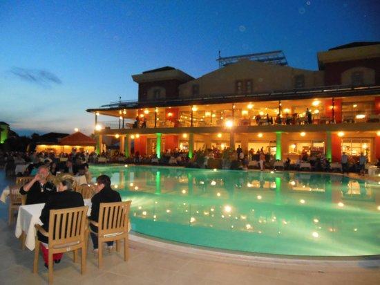 Victory Resort Hotel: Avondeten bij goed weer.