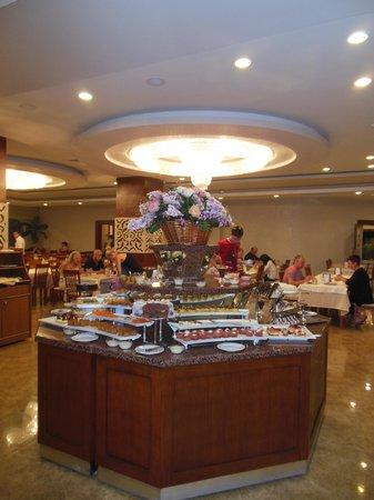 Victory Resort Hotel: Taartenbuffet.